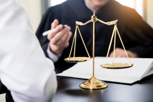 Uomini d'affari e avvocati che discutono di carte contrattuali sedute al tavolo. concetti di diritto, consulenza, servizi legali