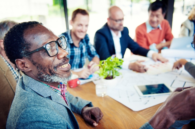 Uomini d'affari felici e casuali in una conferenza