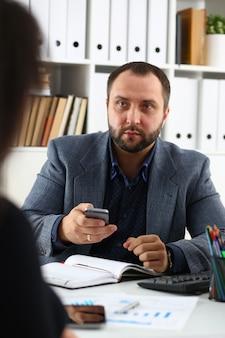 Uomini d'affari hanno una discussione donna rilascia intervista al manager vorrebbe ottenere un nuovo lavoro