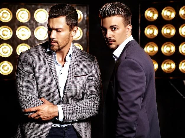 Uomini d'affari in giacca e cravatta con la luce sulla schiena