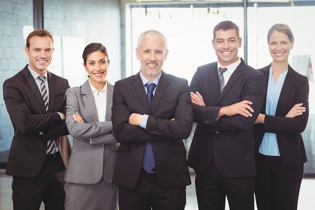 Uomini d'affari in piedi con le braccia incrociate