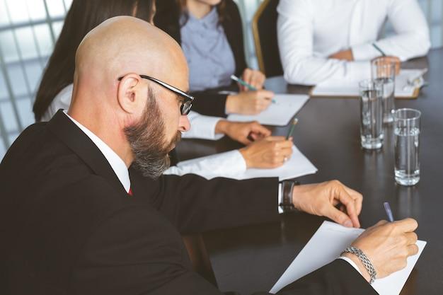 Uomini d'affari in ufficio moderno