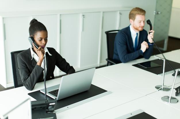 Uomini d'affari in ufficio
