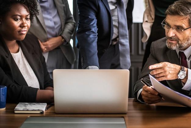 Uomini d'affari in una riunione di videochiamata