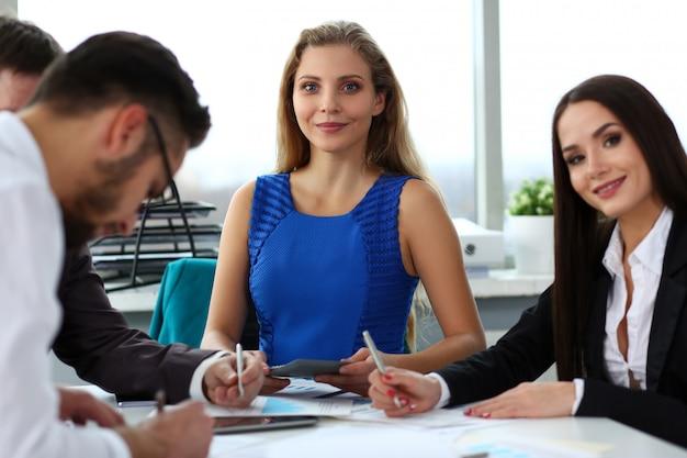 Uomini d'affari in una riunione