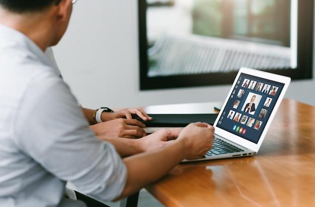 Uomini d'affari in una videoconferenza