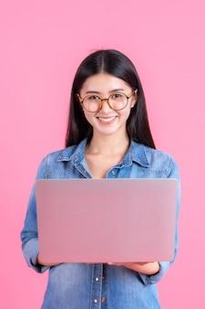 Uomini d'affari lifestyle utilizzando il computer portatile su rosa