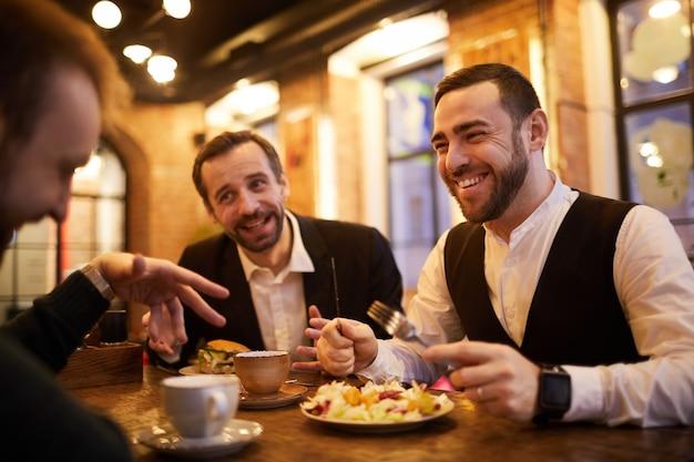 Uomini d'affari nel ristorante