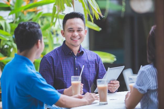 Uomini d'affari nella caffetteria
