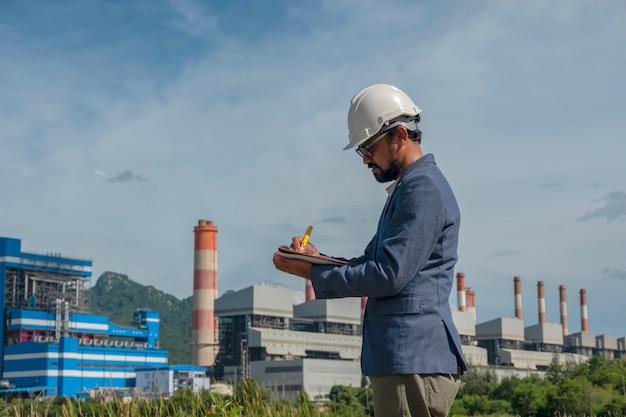 Uomini d'affari nella centrale elettrica