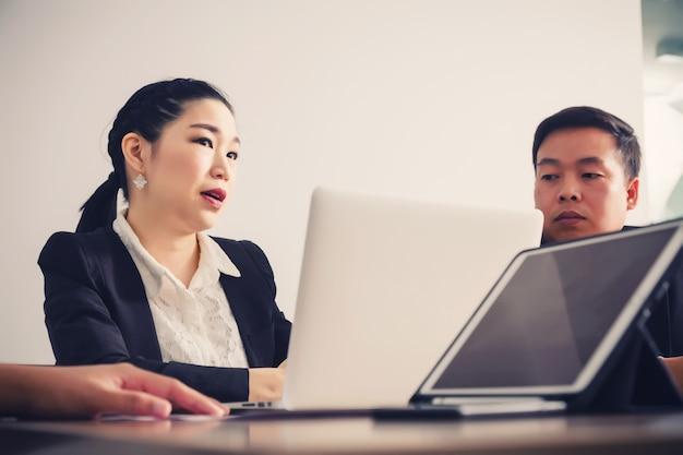 Uomini d'affari nella sala seminari. incontro con il successo aziendale brainstorming teamwork