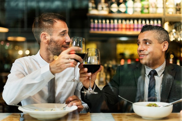 Uomini d'affari pranzando