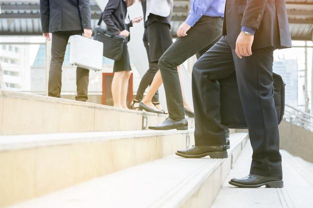 Uomini d'affari professionali, funzionario, dipendente camminano su scale per lavoro, incontro per appuntamenti in fretta