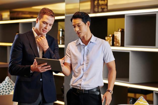 Uomini d'affari, riunioni in sala