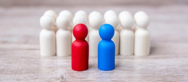 Uomini d'affari rossi e blu con folla di uomini in legno. candidato, leadership, affari, squadra, lavoro di squadra e concetto di gestione delle risorse umane