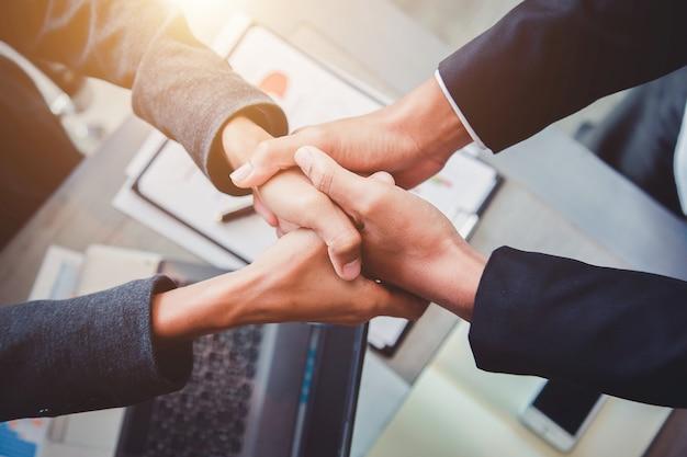 Uomini d'affari si stringono la mano, partner.