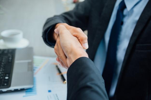 Uomini d'affari si stringono la mano.