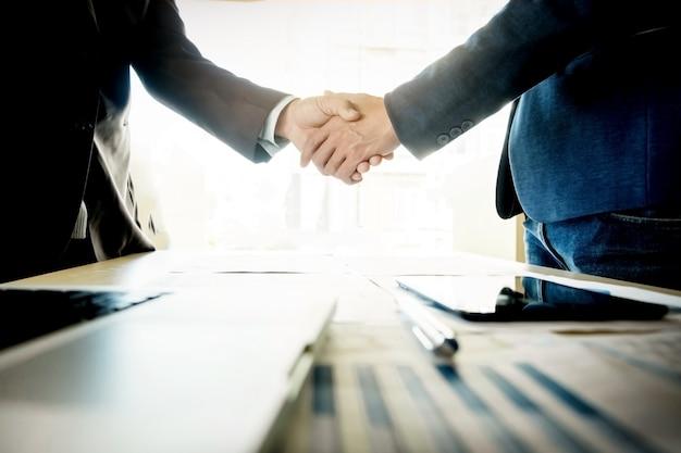 Uomini d'affari stringendo la mano durante una riunione