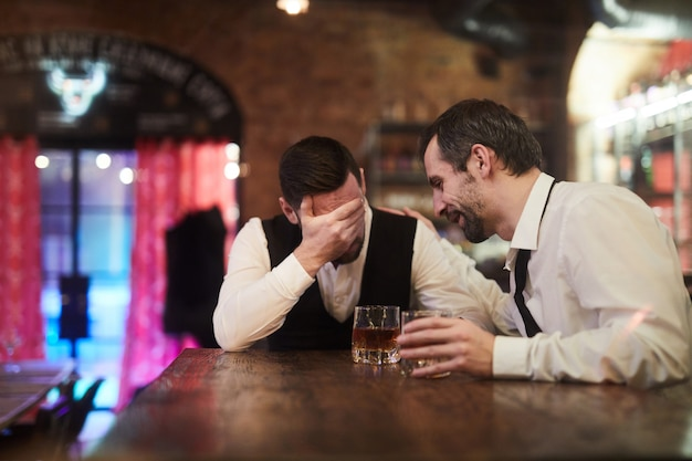 Uomini d'affari ubriachi in pub