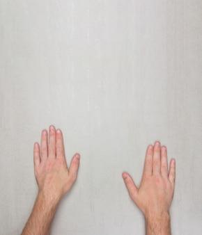 Uomini della palma su superficie grigia con copyspace