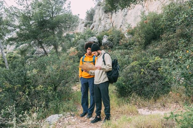 Uomini di trekking nella natura