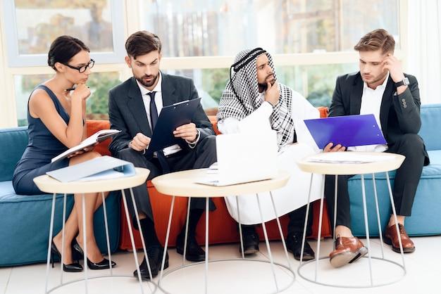 Uomini e donne lavorano in un ufficio luminoso.