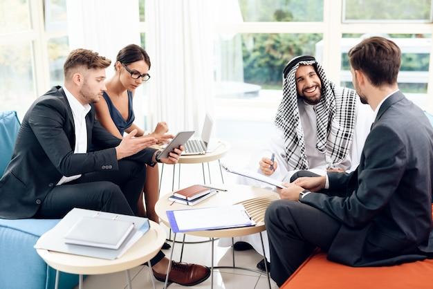 Uomini e donne stanno lavorando con documenti aziendali.