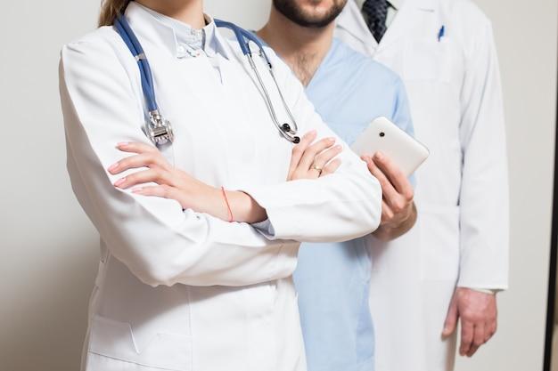Uomini in piedi maschera stetoscopio maschera chirurgica