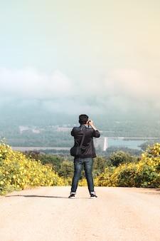 Uomini in piedi per scattare foto naturali