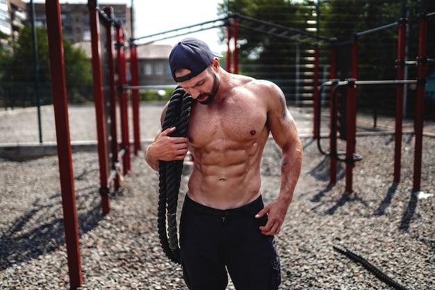 Uomini in possesso di corda da battaglia, allenamento funzionale
