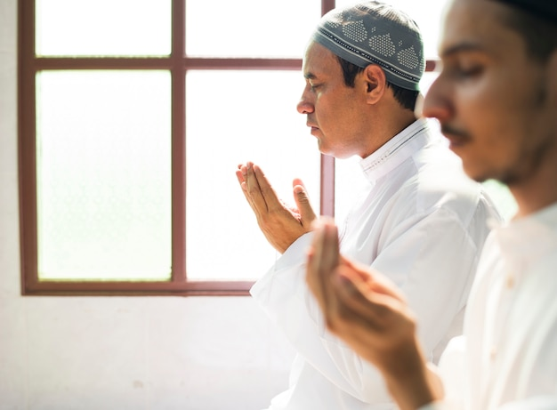 Uomini musulmani che fanno dua ad allah