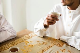 Uomini musulmani che hanno una tazza di tè