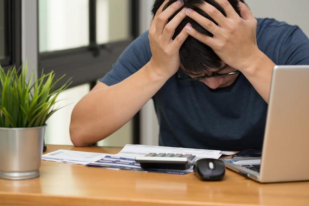 Uomini stressati con debito con carta di credito e prestito mensile