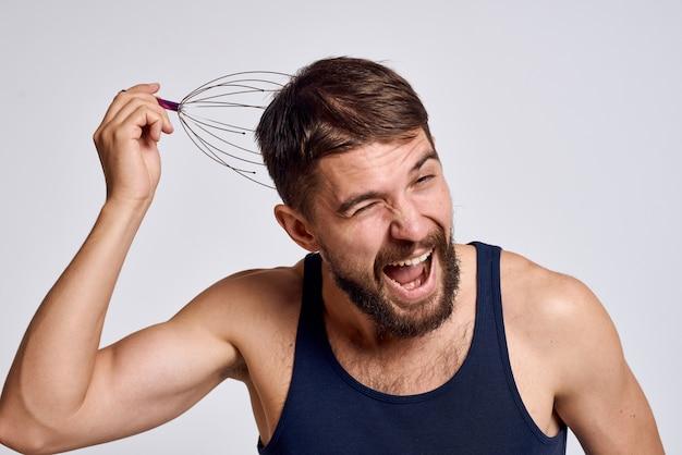 Uomo a casa facendo massaggio corpo e testa, rilassamento muscolare