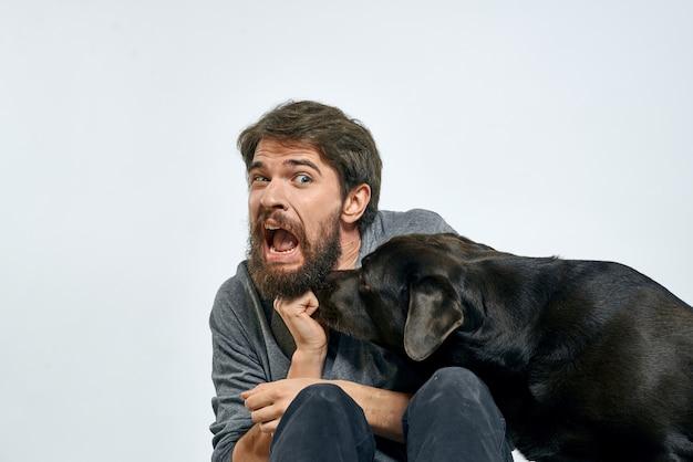 Uomo a casa sul divano con il suo cane