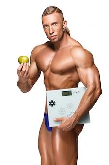 Uomo a forma di e sano del corpo che tiene una mela fresca, isolata su fondo bianco