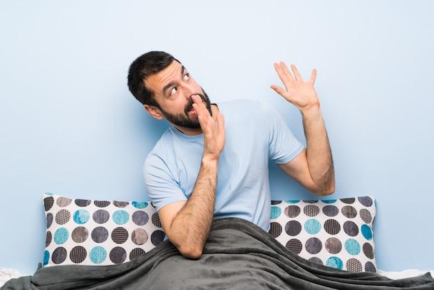 Uomo a letto nervoso e spaventato