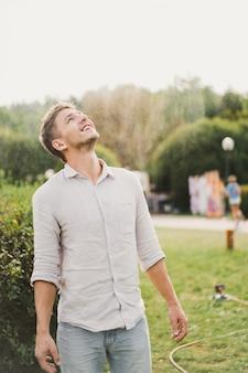 Uomo a un picnic, festa estiva all'aria aperta