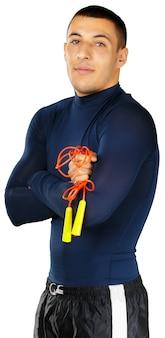 Uomo adatto con una corda di salto isolata su fondo bianco