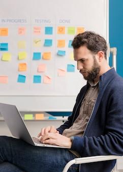 Uomo adulto che lavora al computer portatile