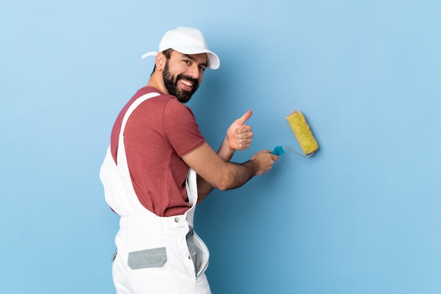 Uomo adulto del pittore sopra il blu isolato