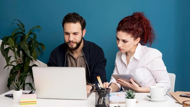 Uomo adulto e donna che lavorano insieme