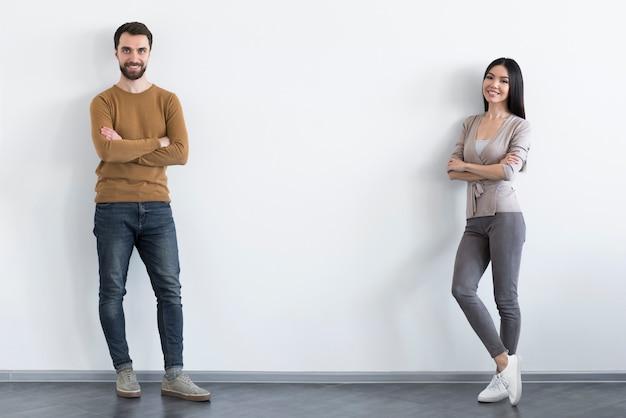 Uomo adulto e donna che propongono insieme