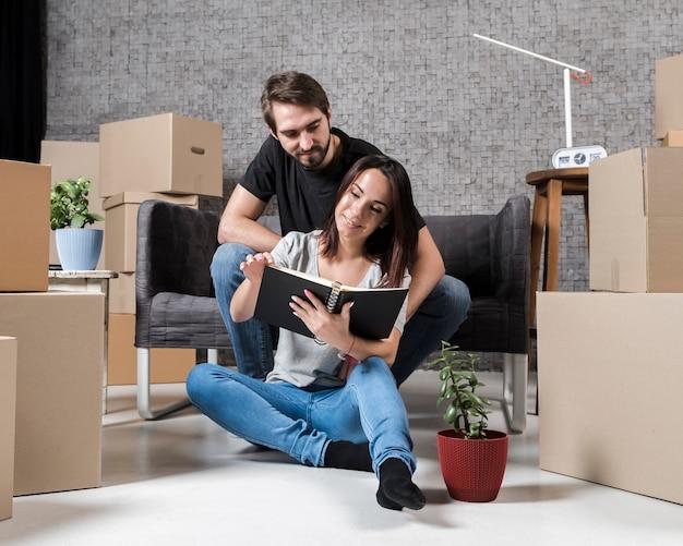 Uomo adulto e donna che si preparano a muoversi