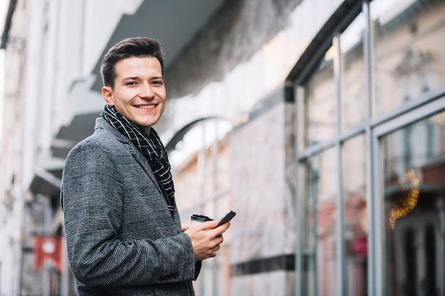 Uomo affari, sorridente