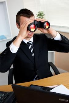 Uomo affari, usando, binocolo