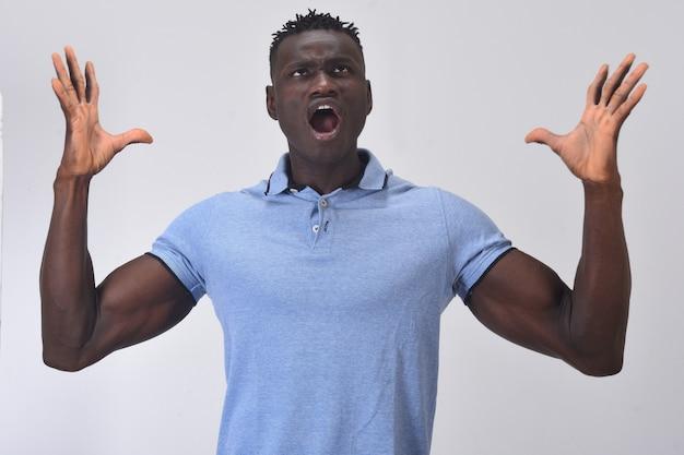 Uomo africano che grida con le braccia alzate
