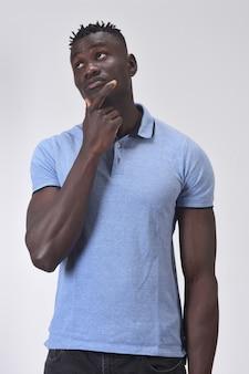 Uomo africano che ha un dubbio o una domanda su fondo bianco
