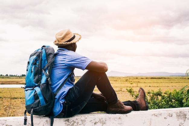 Uomo africano del viaggiatore turistico con lo zaino