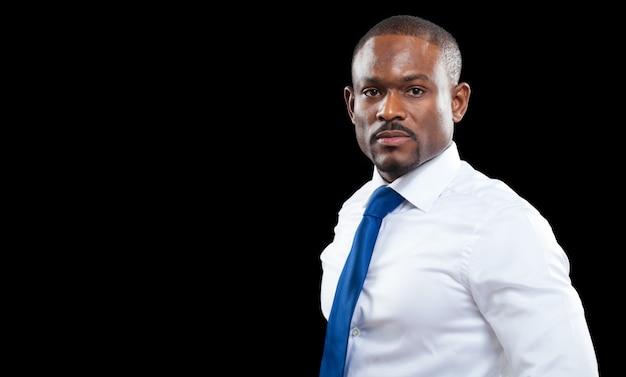 Uomo africano di affari isolato sul nero